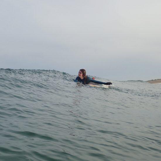 la rame et l'apprentissage du surf au large est un art qui s'apprend à long terme et toujours avec le sourire et du fun!