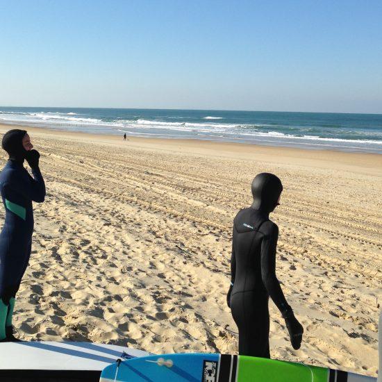 Surfer ensemble c'est le top! Quand on partage un cours avec des surfers du même niveau et de style différent, on crée des liens avec des personnes qui nous ressemble. Fun garanti!