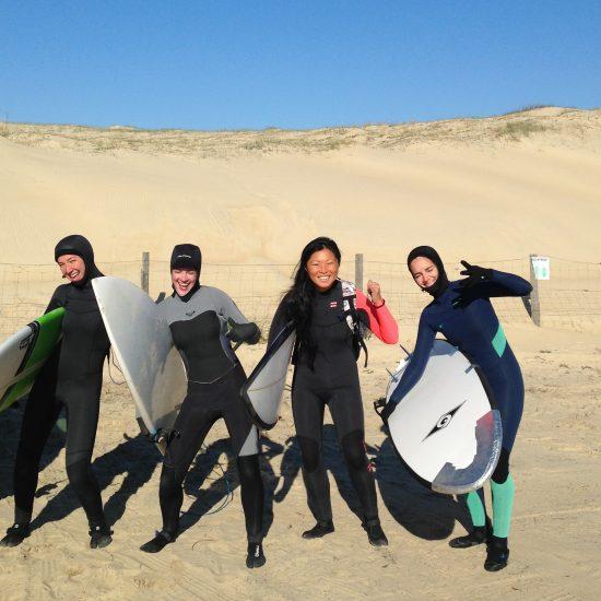 De Novembre à Mars, nous sommes équipé de super combinaisons, gants, cagoules pour surfer les beaux jours d'hiver avec personne à l'eau!