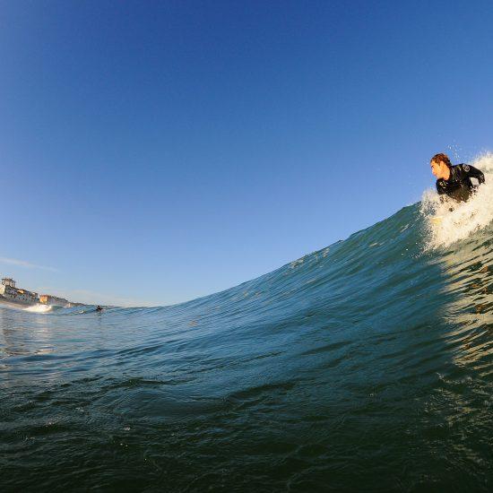 Le bon conseil, au bon endroit, au bon moment. C'est un art et Raphaël a l'énergie pour vous accompagner dans l'eau et vous coacher en direct. Vous pouvez alors prendre un très grand nombre de vagues et rentabiliser votre session!