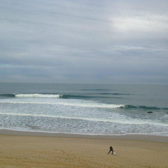 On s'échauffe avant d'aller surfer de belles vagues pour que le corps ne ralentisse pas notre envie de piloter! Ceci est valable pour les premiers take off dans la mousse ou pour surfer au large :)