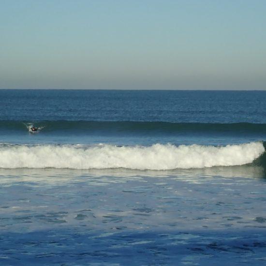 Rien de tel que d'être sur des bancs de sable avec personne pour s'entraîner! toutes les vagues sont à vous! On apprendra ensuite à surfer avec du monde ;)