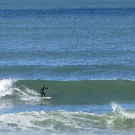 Le bottom turn est le virage de base le plus important. Nous vous aiderons à développer les qualités pour arriver à ce stade, et à l'améliorer une fois que vous arrivez à le créer! N'oubliez pas, le surf est infini!
