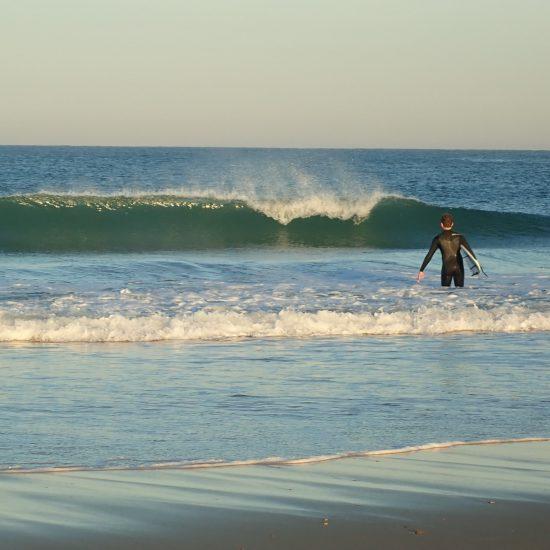 Voici les conditions de rêve pour apprendre. du sable, une vague pas trop grosse près du bord pour un maximum de vagues surfées! ça arrive d'être tout seul à l'eau dans ces conditions...
