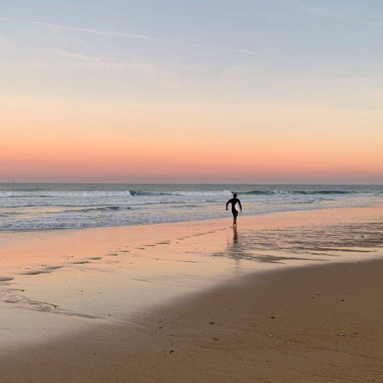 Souvent au lever de soleil les lumières sont spectaculaires et il y a moins de monde dans l'eau. Il n'est pas rare de voir les élèves courir d'excitation juste après l'échauffement!