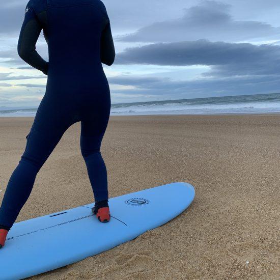 Débutants, vous évoluerez sur des vagues déroulant sur du sable!