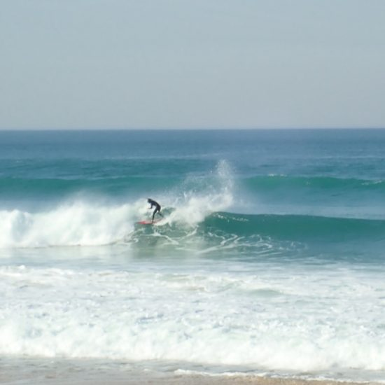 On vous coachera pendant votre session avec guide de surf. C'est le thème : trouver les bonnes vagues et vous coacher quelque soit votre niveau. Ici on travaille le carve backside sur une gauche à manoeuvre.