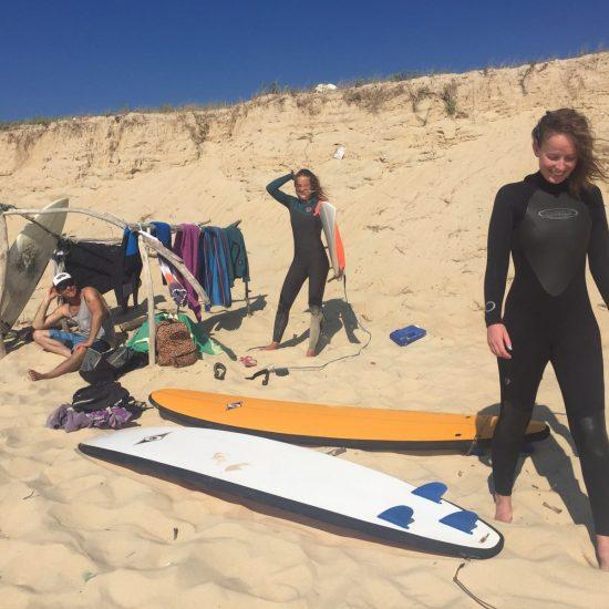 Deuxième session de surf en milieu d'après midi, les combinaisons ont eu le temps de sécher pendant le pique-nique puis la sieste au soleil :) Les filles avaient envie d'aller jusqu'au sunset sur une plage où il n'y avait pas trop de monde.