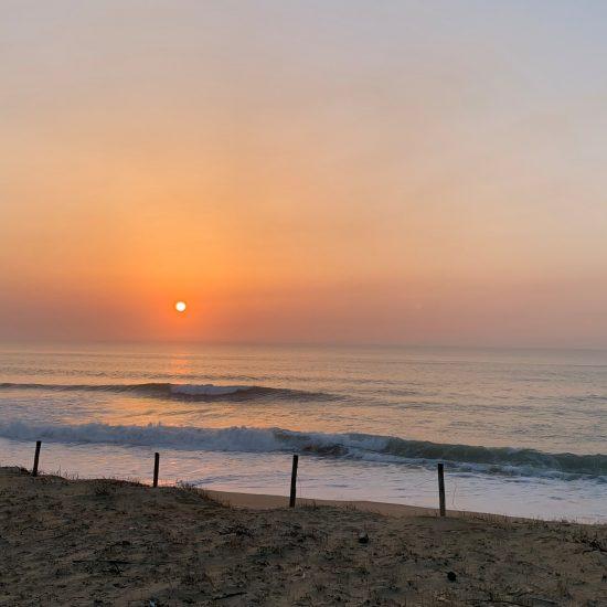 En fin de journée, les lumières sont magiques avec le soleil qui se couche derrière les vagues. Vous pouvez choisir les ambiances qui vous attirent, nous adapterons notre plan par rapport à votre niveau!