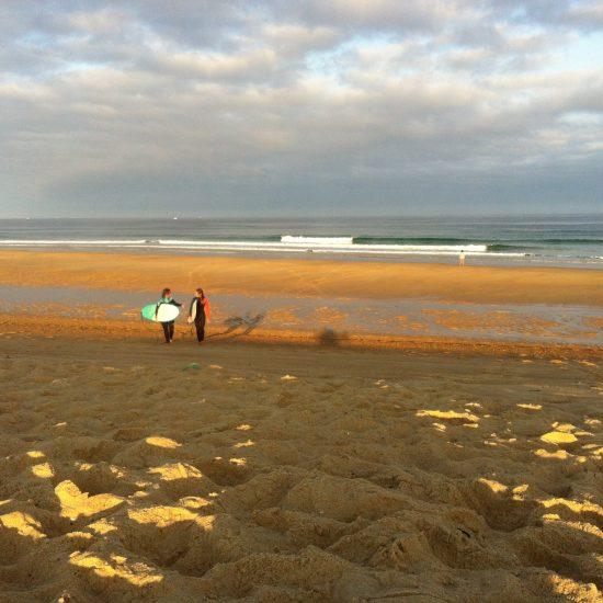 Ces deux surfeuses au niveau débutant et intermédiaire voulaient surfer ensemble, être coaché et comprendre les bancs de sable du moment pour savoir ou surfer après. Elles ont passé un super trip!