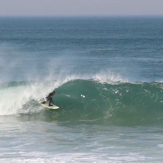 Bon, le surfer, Manu, est un excellent surfer. Il est donc très exigent sur sa demande. Mais pas besoin d'être aussi fort pour avoir besoin d'un guide ;)