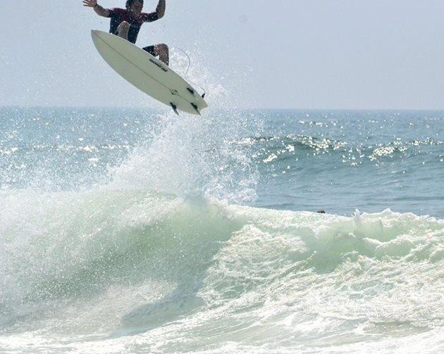 surf-guides-Raphael is a surfing fan. His has a long expérience in les Landes sandbars