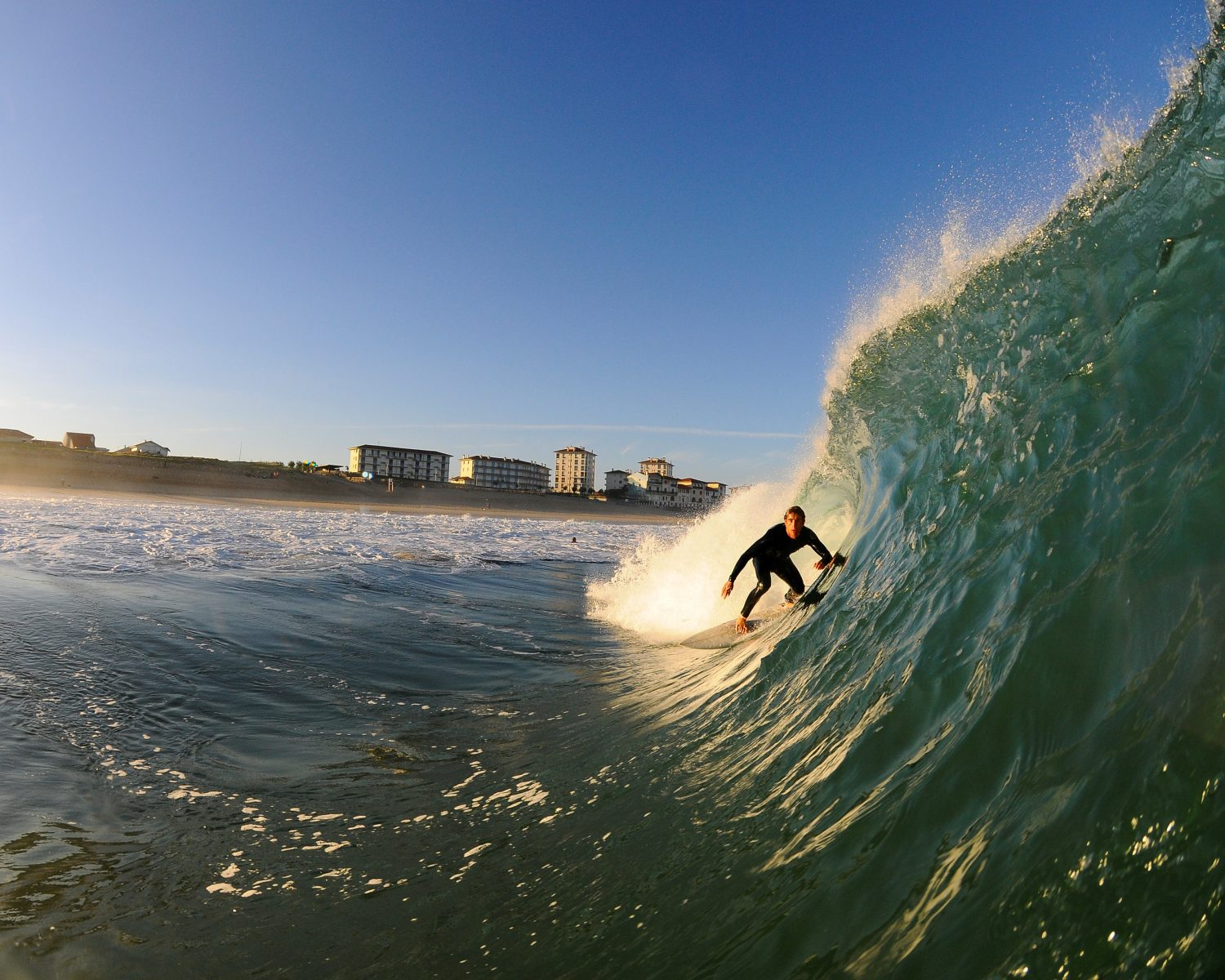 surf-guides-You know its gonna be good before ou see the tream line down the barrel - Photo : Greg Menager